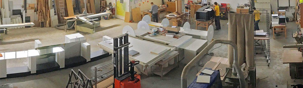 Vários materiais no interior de fábrica de mobiliário